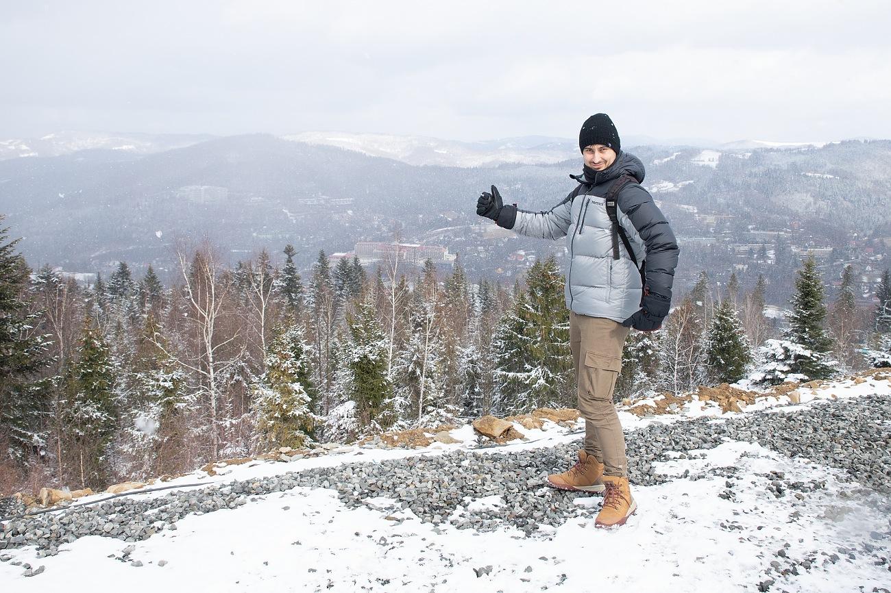 Kacper chciał wjechać na górę, ale bez nart nie ma to większego sensu.